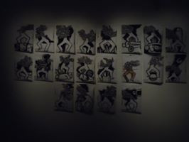Installation Porteurs de mots dessins en nor et blanc. Photo Joao Paulo do Amaral (art in the shadows)