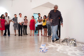 Performance d'instauration - installation livres sculptures galerie theodoro Braga. Photo Bruno Pellerin