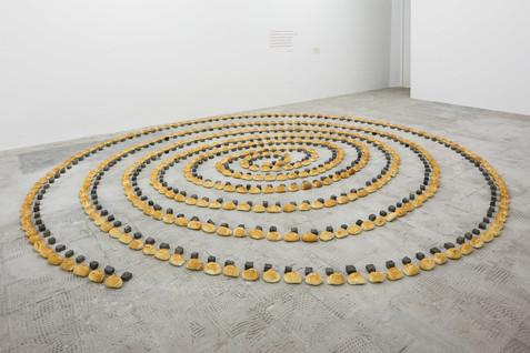 Regina Vater, Para um tempo de guerra, 1987, petits pains, pierres, et poème sur le mur