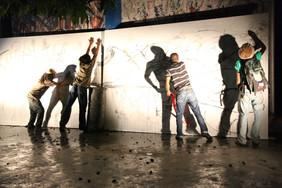 Performance Regards démultipliés. Après la performance d'Habdaphai des étudiants de l'ENARTS continuent la fresque au charbon. Photo Philippe Dodard