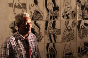Habdaphaï devant installation dessins noir et blanc, école nationale des arts d'Haïti (ENARTS), octobre 2013