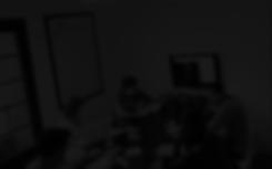 imagem com zoom com reticulas pretas e fundo cinza escuro