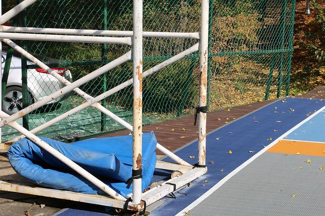 사진4 지난11일 촬영한 농구코트 모습. 보호 매트가 바닥에 방치되고 있
