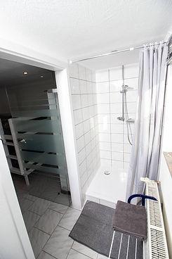 Ferienwohnung Dreiländer Heck Habscheid Badezimmer Pissoir, Toilette, Dusche, Spiegelschrank