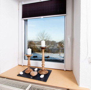 großes Doppelbett, Kommode idyllischer Ausblick