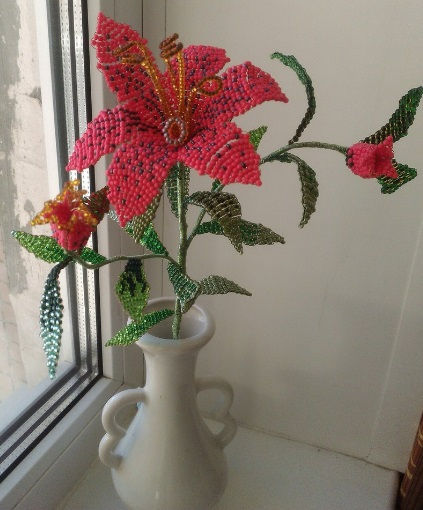 Ветка лилии красивые цветы лилии из бисера купить в СПб красная лилия из бисера