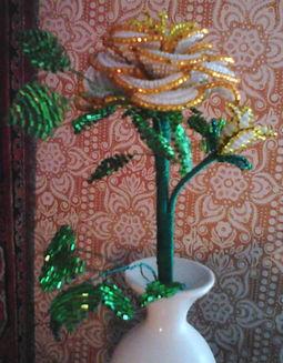 Роза белая с золотым из бисера фото