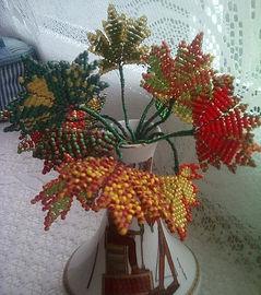Листья клёна из бисера кпить в СПб Сувниры из бисера осенние кленовые листья