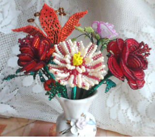 ЦветыЛилии, розы, хризантемы из бисера фото
