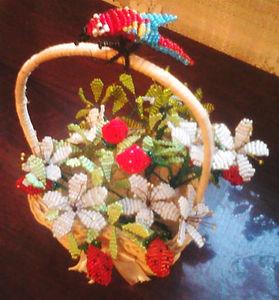 Цветы и ягоды из бисера Земляника в корзинеФото