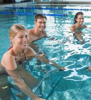 30984590-clase-de-fitness-haciendo-aeró