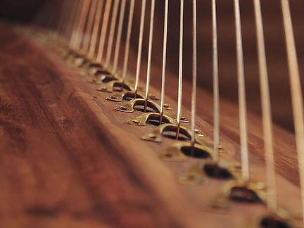 Les cordes des harpes celtiques historiques en bronze, les cavaliers en laiton martelés
