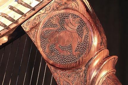 Les décorations des harpes Herrou, enluminure celtiques traditionnelles pyrogravées d'après la Queen Mary Harp