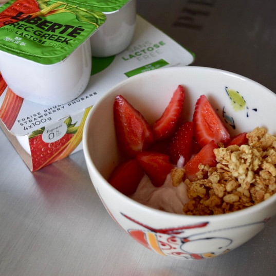 Yogourt with berries and granola