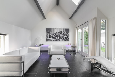 Woning fotografie - strak, wit, moderne woonkamer