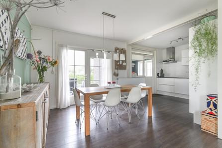 Vastgoedfotografie moderne eetkamer met keuken
