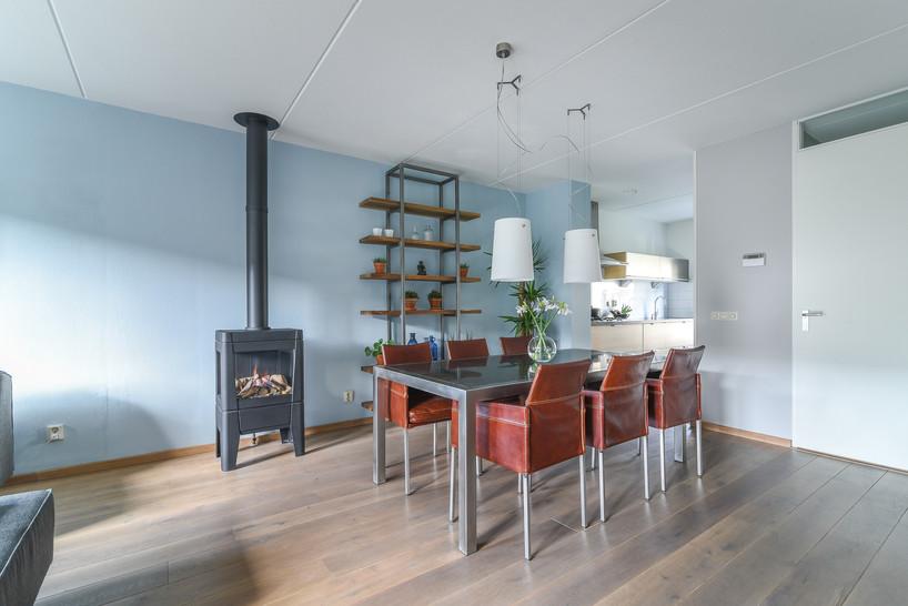 Fotografie van moderne eetkamer met houtkachel