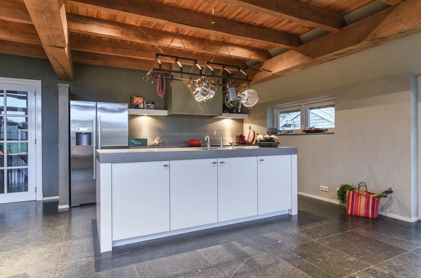 Foto van sfeervolle keuken in woonboerderij