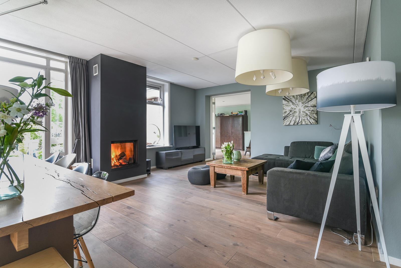 Fotografie van sfeervolle woonkamer met open haard   Home Creations ...
