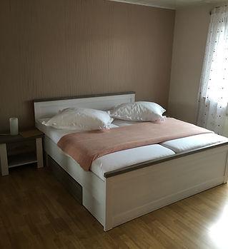 Schlafzimmer 1, Landhausstil, großes Doppelbett
