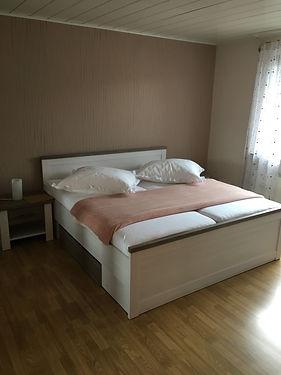 Schlafzimmer Landhaus mit großem Doppelbett