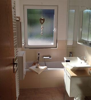 modernes Bad mit Wanne und Regendusche