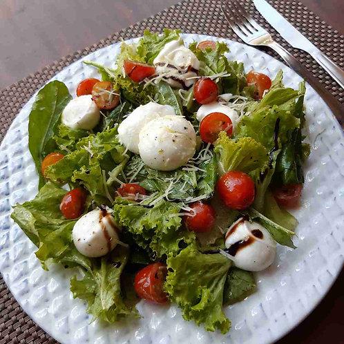 Salada Caprese com Folhas Verdes, Tomate Cereja e Muçarela de Búfala