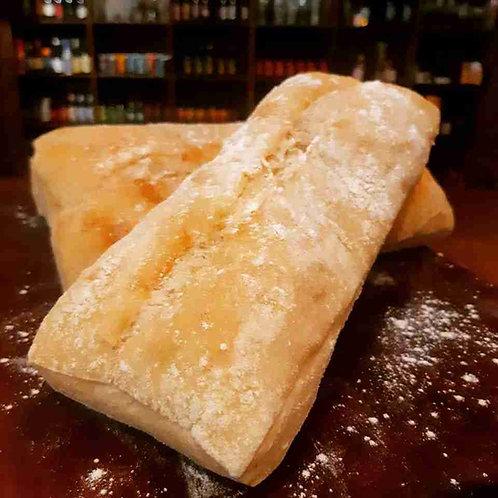 Pão Ciabatta Assado e Fatiado Servido na Mesa