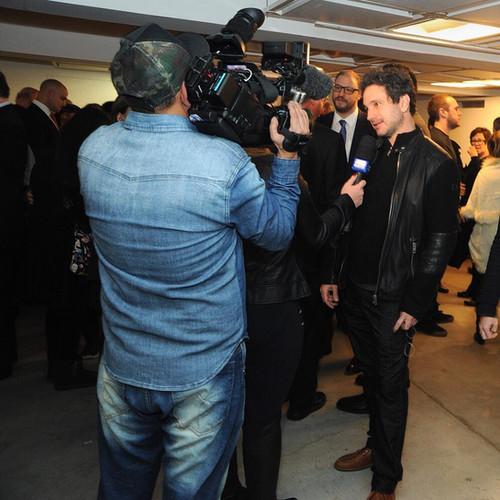 """O ator Caco Ciocler dá entrevista em exibição do documentário """"Shoah"""" no MIS, 2019."""