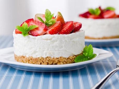 עוגת גבינה עם תותים, אגוזים ושוקולד לבן