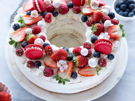 עוגת שכבות חגיגית עם תותים וקצפת