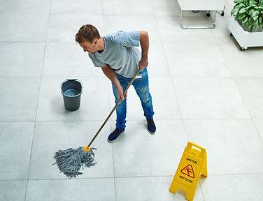 Lavando il pavimento