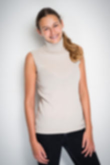 Sleeveless turtle neck in 100% cashmere