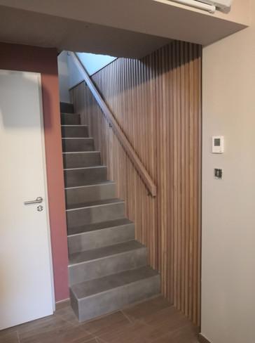 Habillage en tasseaux chêne pour un mur d'escalier