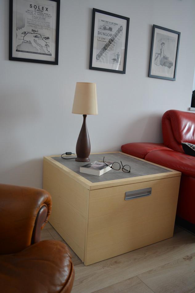 Caisson de rangement à coté du canapé