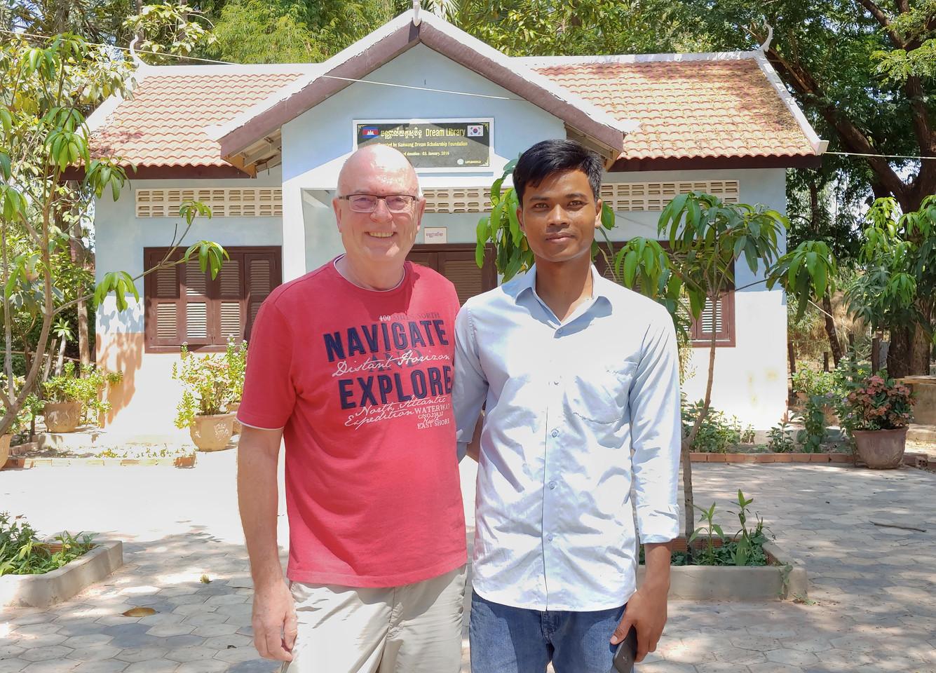 Werner Helbig und Vay Phorn (Direktor der Chrey Primary School)