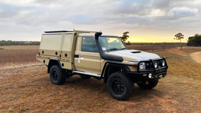 79 Series Single Cab Tray/Canopy combo with lift off rear canopy 👊. All finished off in the #Shinglebackcoatingsystem in Sandy taupe and textured black 🔥.
