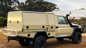 79 Series Single Cab Tray/Canopy combo with lift off rear canopy 👊. All finished off in the #Shinglebackcoatingsystem in Sandy taupe and textured black 🔥