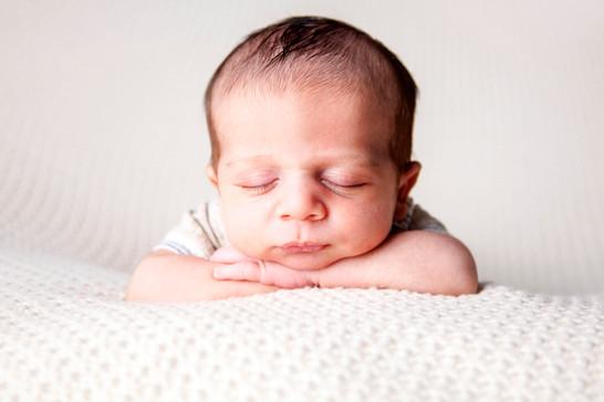 newbornhandschin1.jpg
