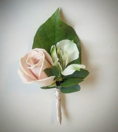 Delicate buttonholes for all of the men