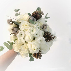 Loving the winter whites in this bouquet