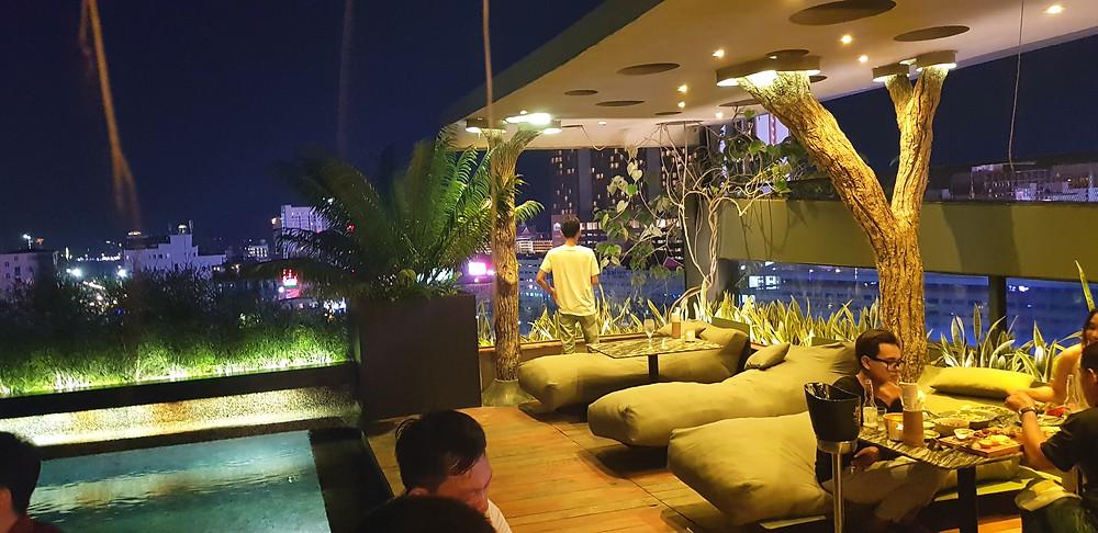 Rooftop, restauracja na dachu, widok Phnom Penh, Kambodża, wysoki budynek