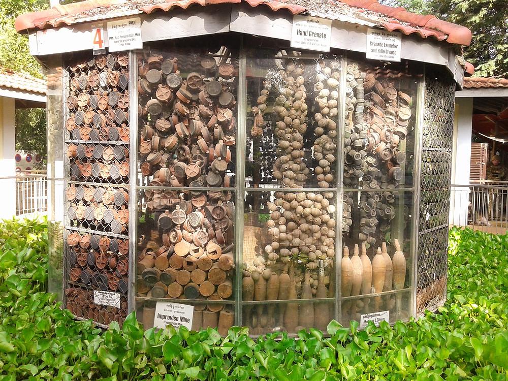 Cambodia Landmine Museum w pobliżu Siem Reap i Angkor Wat, Kambodża, kiosk z dużą ilością granatów ręcznych, bomb, min przeciwpiechotnych oraz pocisków wybuchowych