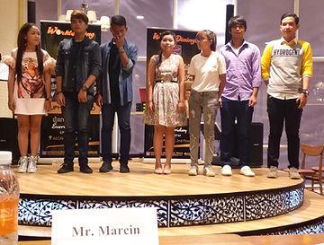 Cambodian Super Idol, uczestnicy konkursu piosenki khmerskiej na scenie przed polskim jurorem