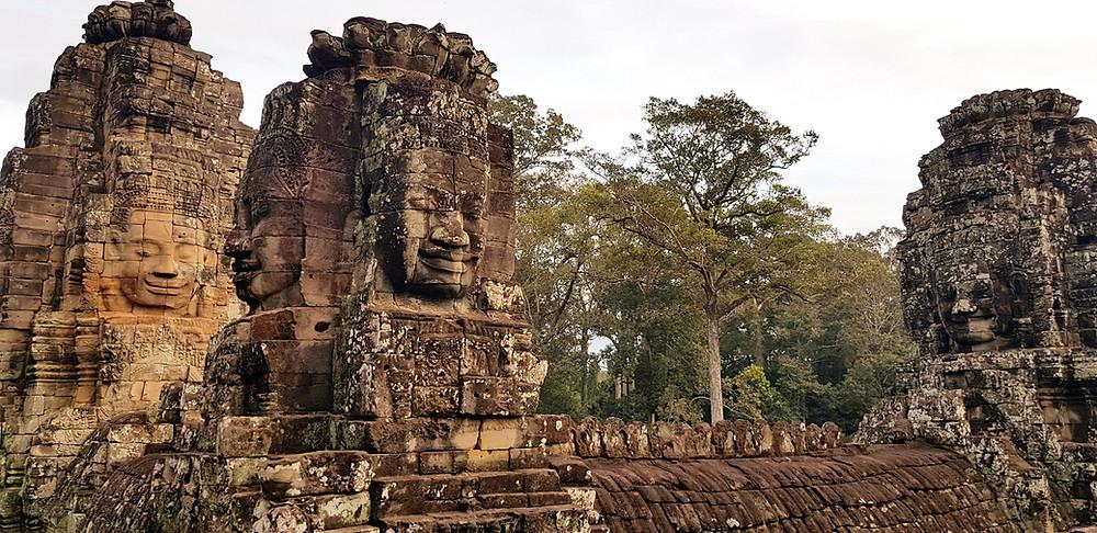 Bayon Temple w Angkor Thom, Angkor Wat. Twarze uśmiechniętego Buddy na wieżach świątyni Bayon