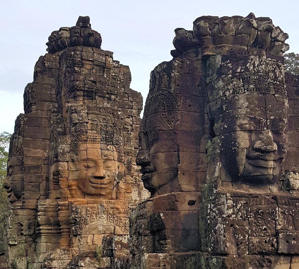 Bayon Temple w Angkor Wat, twarze uśmiechniętego Buddy, czyli twarze króla Jayavarmana VII na tle nieba