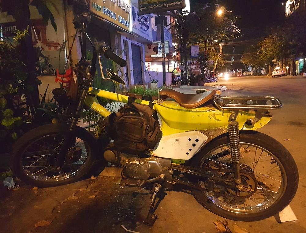 skuter, motor samoróbka, noc, Phnom Penh, Kambodża, ulica w centrum miasta