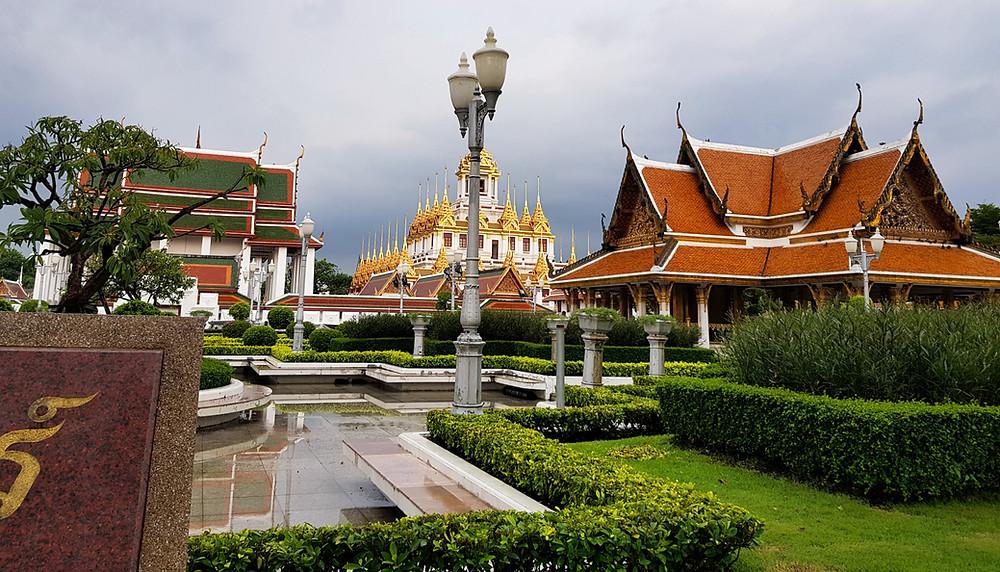 Świątynie buddyjskie w centrum Bangkoku w trakcie zachmurzonego dnia