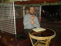 Autor przy swoim stoliku w tuk tuku