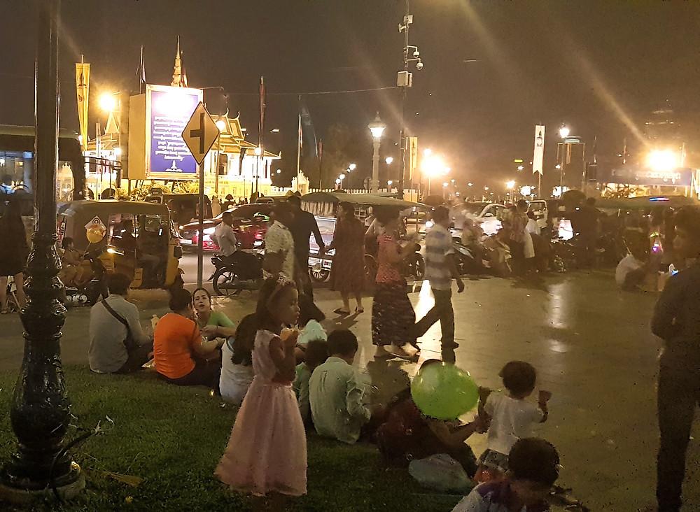 Phnom Penh, Riverside, Kambodża, zatłoczona ulica, ludzie, tuktuki, noc